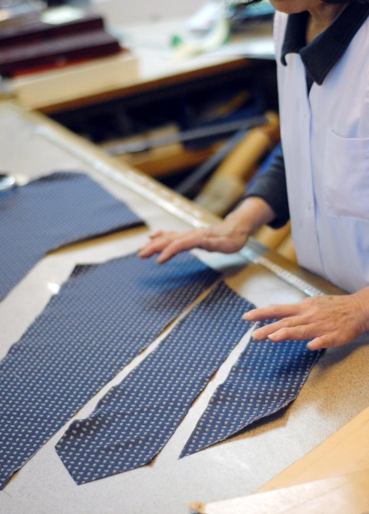 les tapes de la confection d une cravate sur mesure artling cravate sur mesure 4 l 39 assemble des. Black Bedroom Furniture Sets. Home Design Ideas