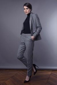 Porter le tailleur pantalon avec des talons pour un look féminin